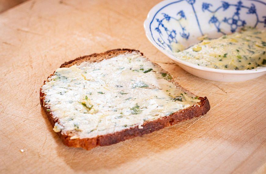 Aus dem Wald in die Küche: Bärlauch-Zitronen-Butter (Rezept)
