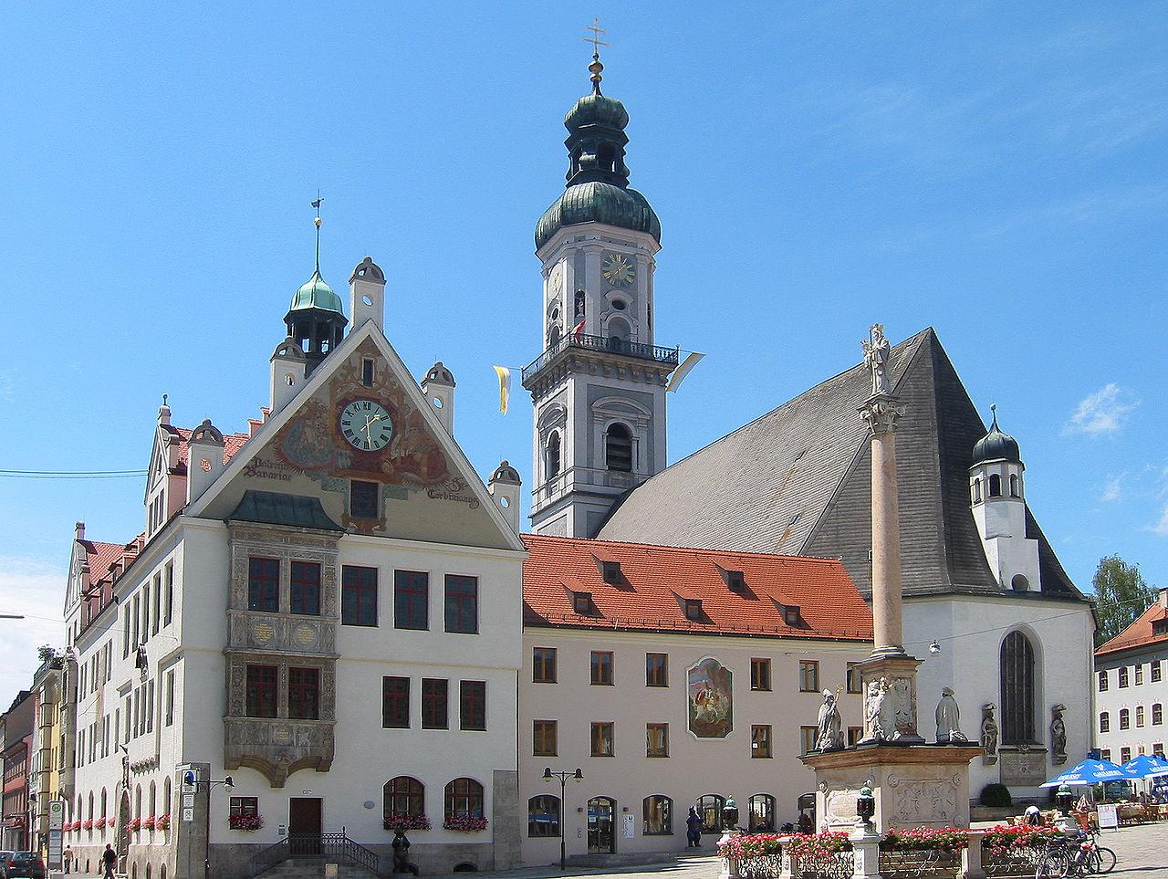 Der Freisinger Marienplatz mit Rathaus, Stadtpfarrkirche St. Georg und Mariensäule